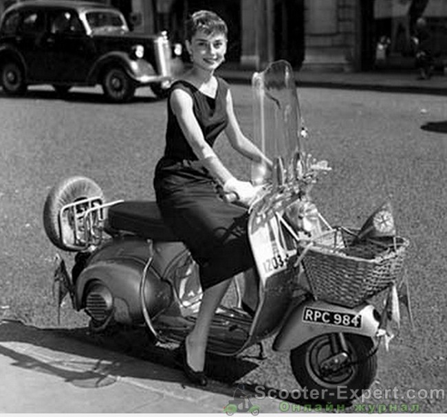 Женщина на скутере Веспа
