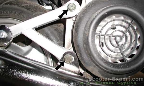 Крепление выхлопной трубы скутера